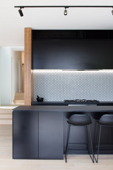 Black kitchen, modular extension by Modscape